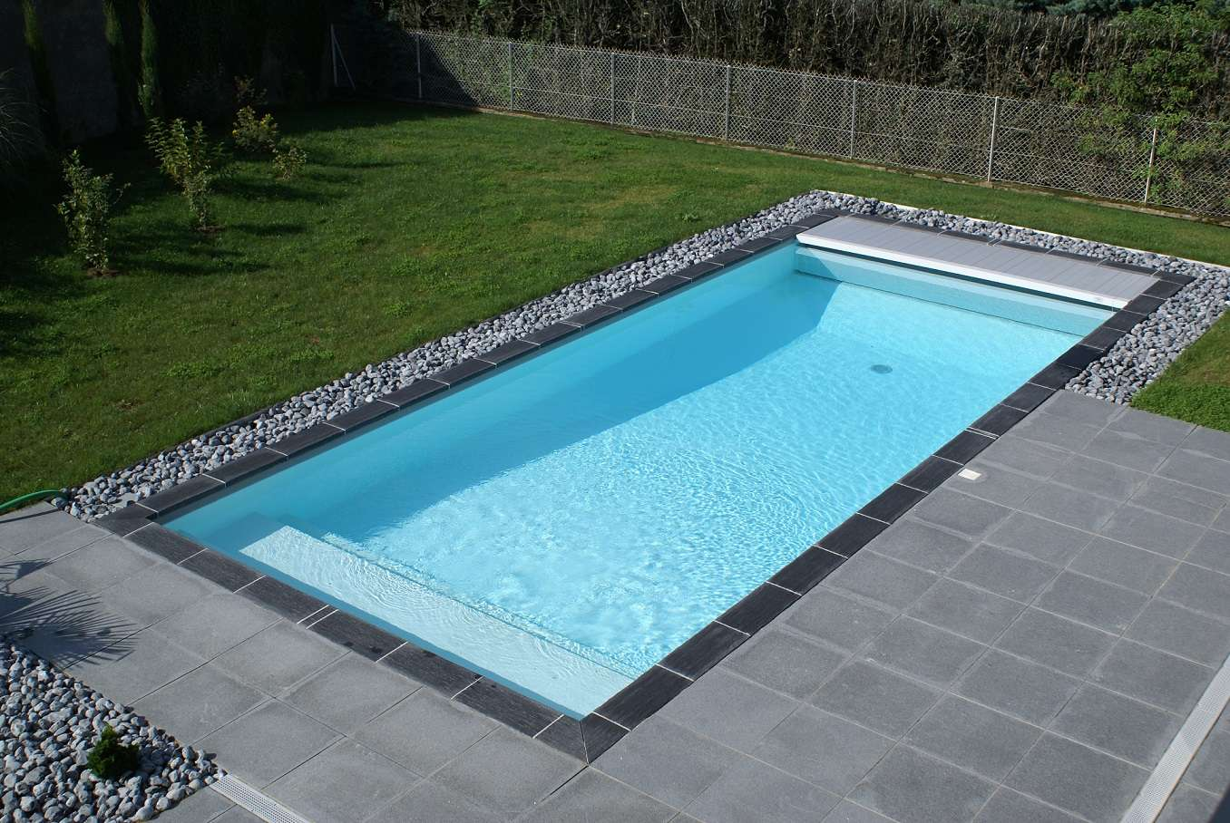 Construction piscine contemporaine sur mesure vienne for Piscine tours